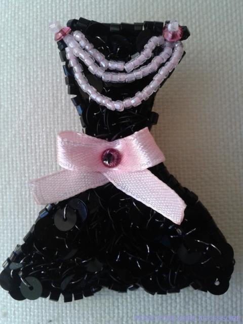 la petite robe noire avec son accessoire brode haute couture pret a porter de luxe robe de. Black Bedroom Furniture Sets. Home Design Ideas